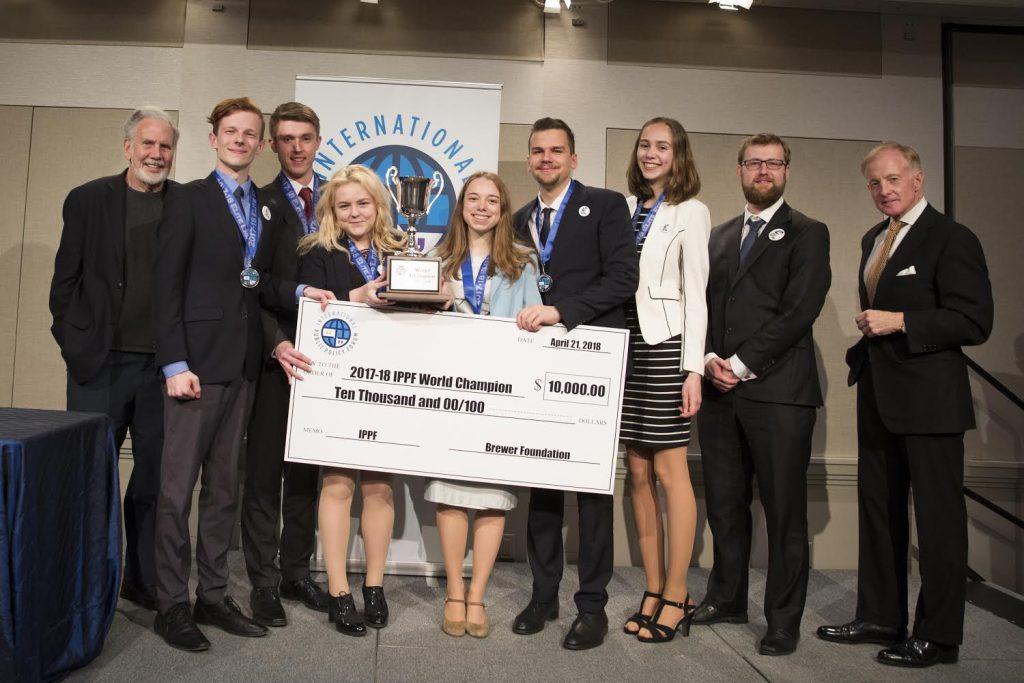 Študenti z LEAF Academy, víťazi 17. ročníka IPPF a Johnom Sextonom a Williamom A. Brewerom III