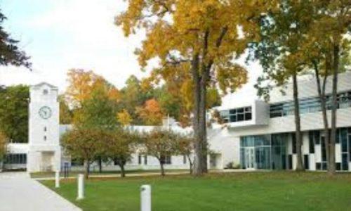 Moderná budova a campus strednej školy